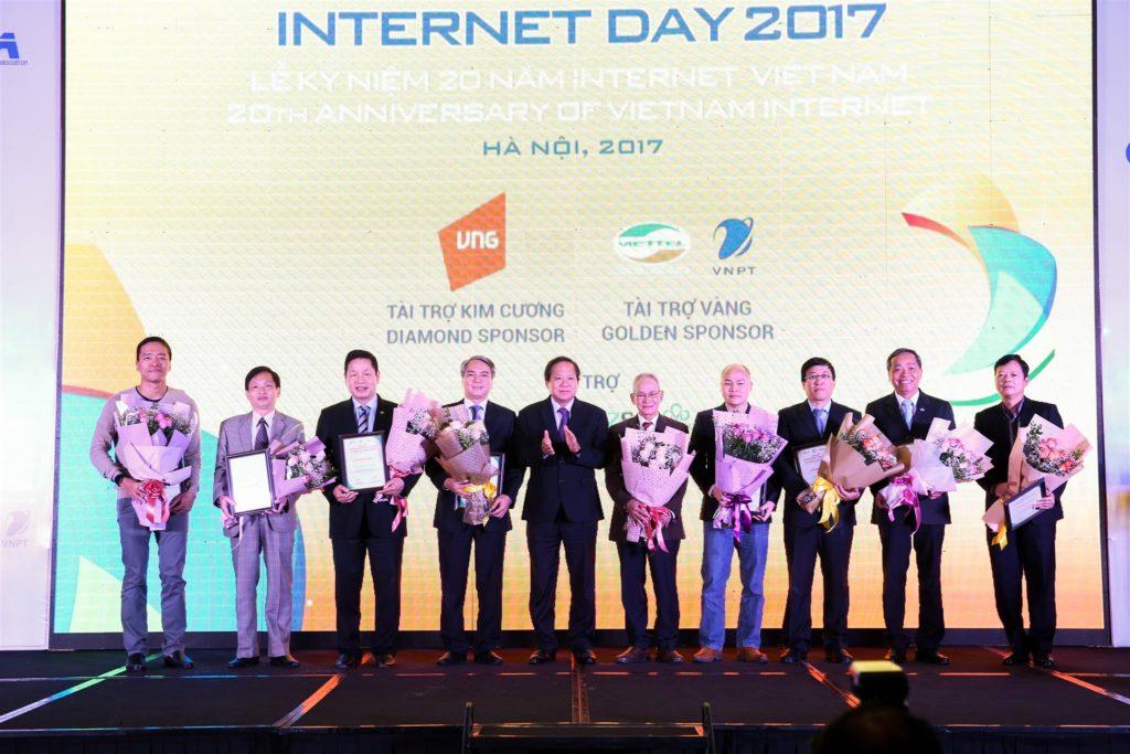 Anh Nguyễn Trung Chính nhận Chứng nhận TOP 10 nhân vật ảnh hưởng lớn nhất đến Internet Việt Nam trong 1 thập kỷ