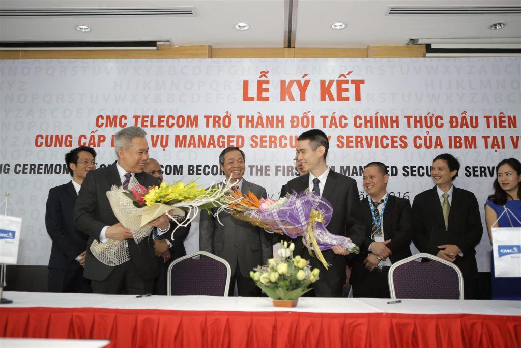 Anh Ngô Trọn Hiếu nhận Chứng nhận TOP 5 doanh nghiệp ảnh hưởng lớn nhất đến Internet Việt Nam trong thập kỷ