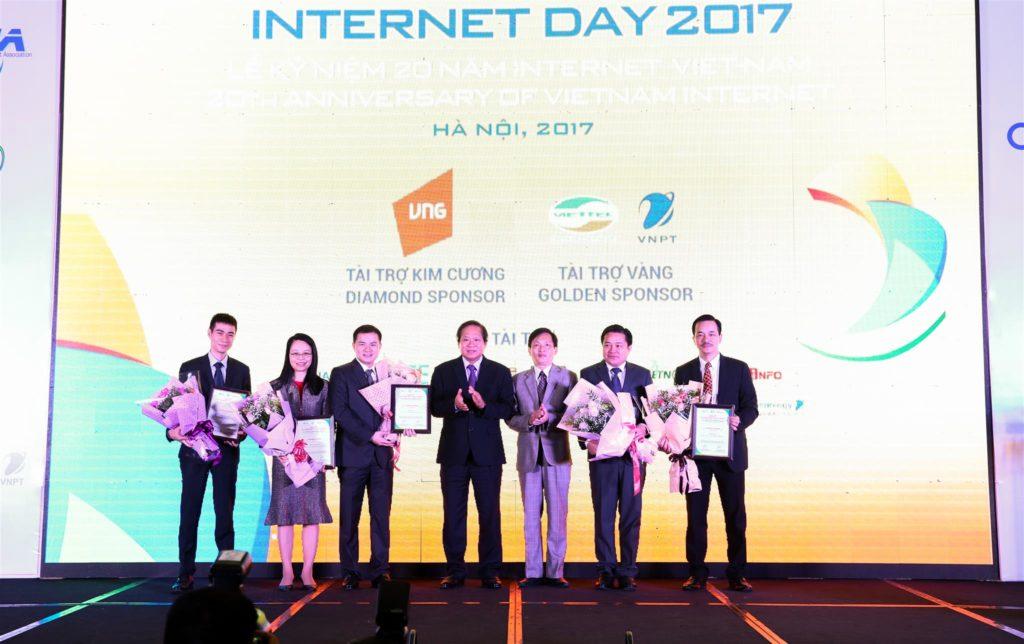 Anh Ngô Trọng Hiếu nhận Chứng nhận TOP 5 doanh nghiệp có ảnh hưởng lớn nhất đến Internet Việt Nam trong 1 thập kỷ