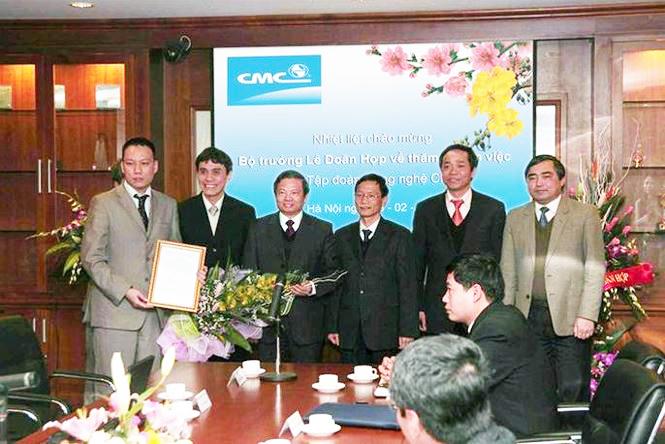 Bộ trưởng Lê Doãn Hợp trao giấy phép cho CMC Telecom năm 2008 (2)